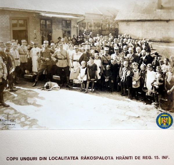 15-Reg-15-Infanterie-Armata-Romana-la-Budapesta-hranind-copii-saraci-Rakospalota-Foto-Roncea-Ro-Ziaristi-Online-Arhivele-Nationale
